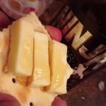 恵比寿「山本商店」熱々のポップコーン103円でお茶ハイ140円をクビっと!種類豊富で座れるキレイな角打ち