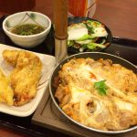 チェーンでちょい飲み「丸亀製麺 新宿文化クイントビル店」天ぷら2品・親子とじ付きの生ビール飲み放題セットが30分1000円!
